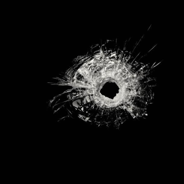 黑底破碎的玻璃枪击海报背景